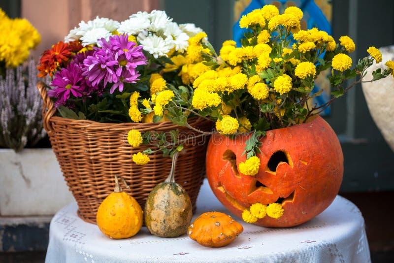 Decorazione di autunno con le zucche ed i fiori su una via in una citt? europea fotografia stock