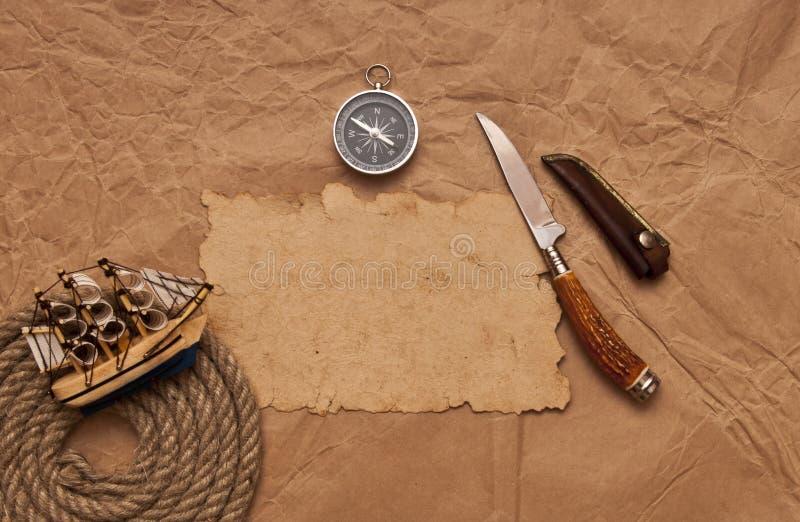 Decorazione di avventura con la bussola su vecchio documento immagine stock