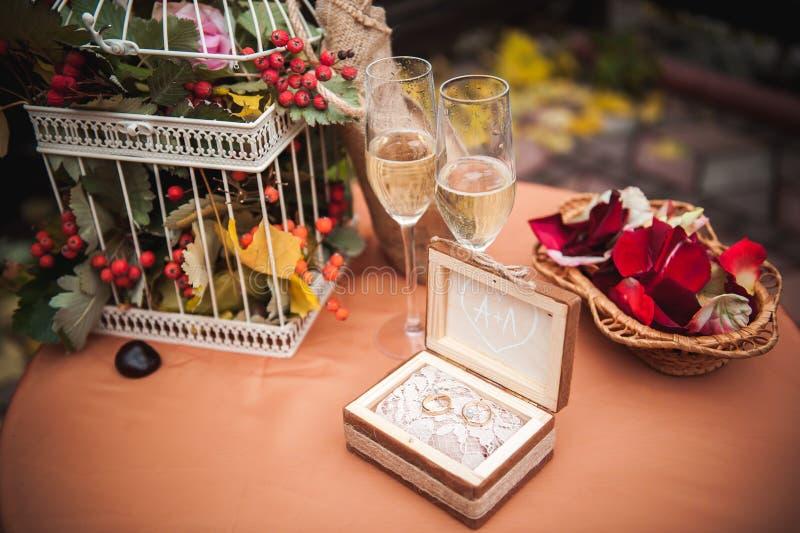 Decorazione di cerimonia di nozze, vetri di nozze ed anelli fotografia stock