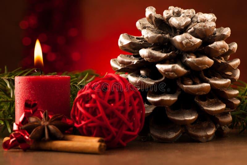 Decorazione di cristmas della candela e della pigna fotografie stock