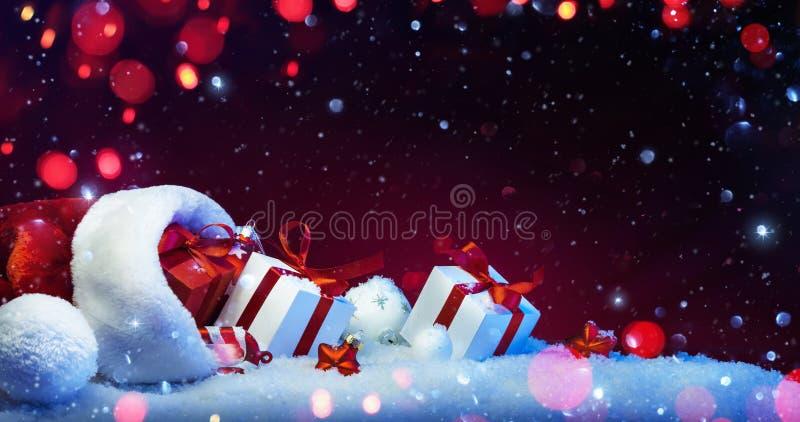 Decorazione di feste con i regali di Natale con le luci colorate fotografie stock