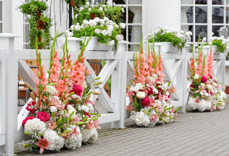 decorazione di fiori colorati, disposizione di fiori diversi per feste di nozze fotografia stock libera da diritti