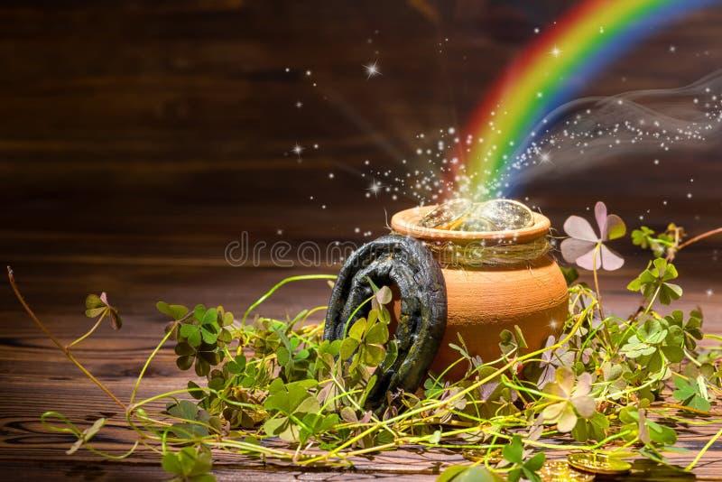 Decorazione di giorno della st Patricks con il gol pieno del vaso leggero magico dell'arcobaleno immagine stock libera da diritti