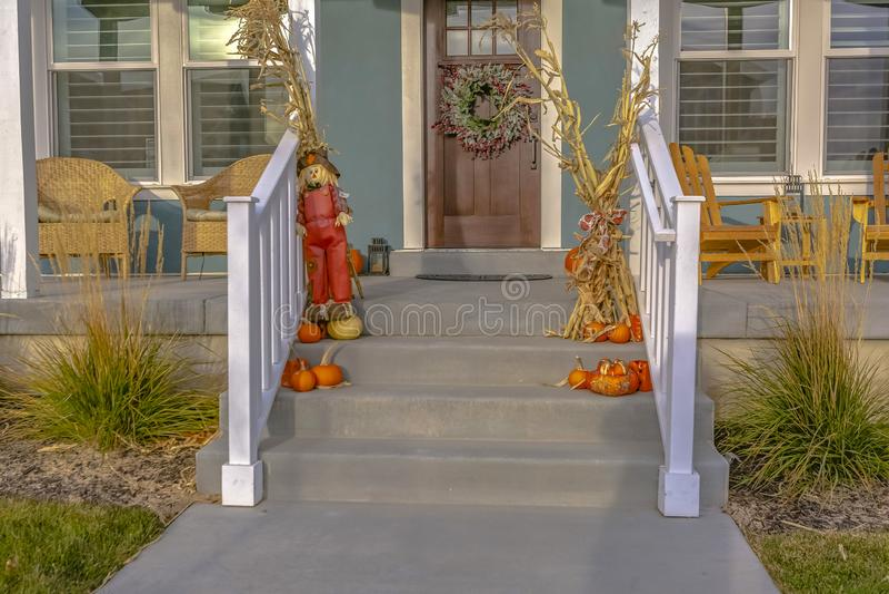 Decorazione di Halloween sulle scale e sulla corona sulla porta immagini stock