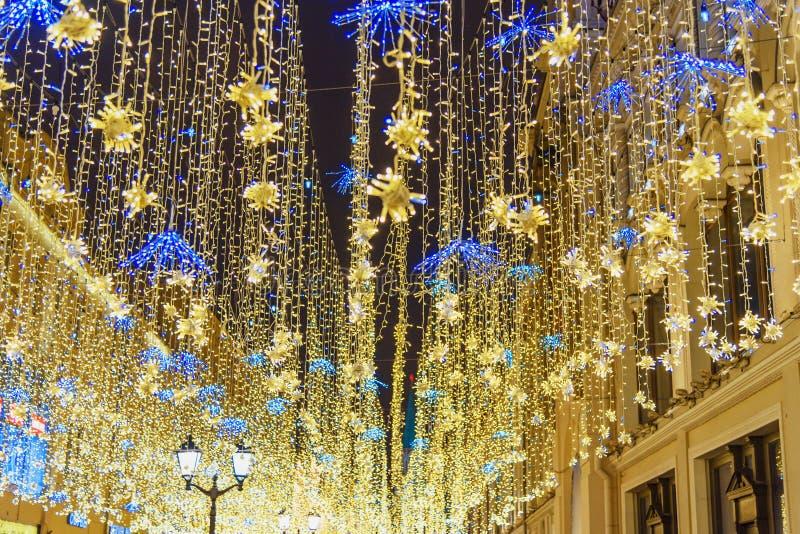 Decorazione di illuminazione di Natale sulla via di Nikolskaya mosca La Russia fotografia stock