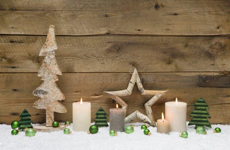 Decorazione di legno di Natale con le palle, le candele e le stelle verdi sopra fotografia stock libera da diritti