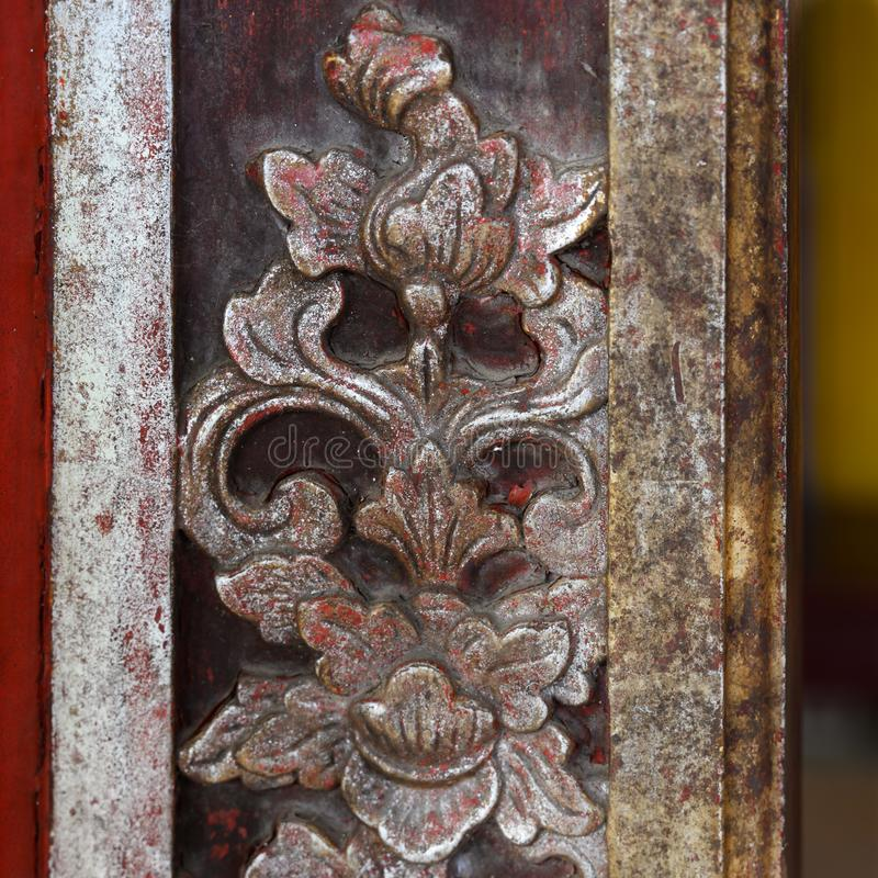 Decorazione di legno scolpita su costruzione della cittadella, tonalità imperiale della città, Vietnam immagine stock