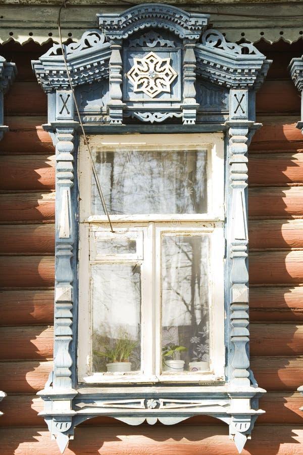 Decorazione di legno sulla finestra russa tradizionale fotografia stock