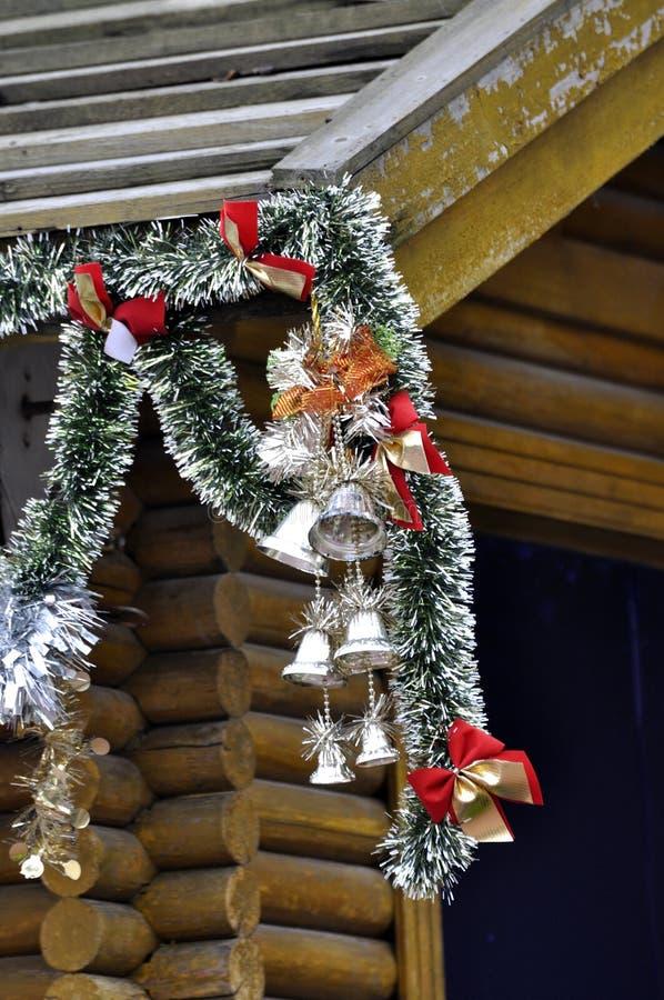 Decorazione di natale che appende sul tetto di legno della for Decorazione di casa