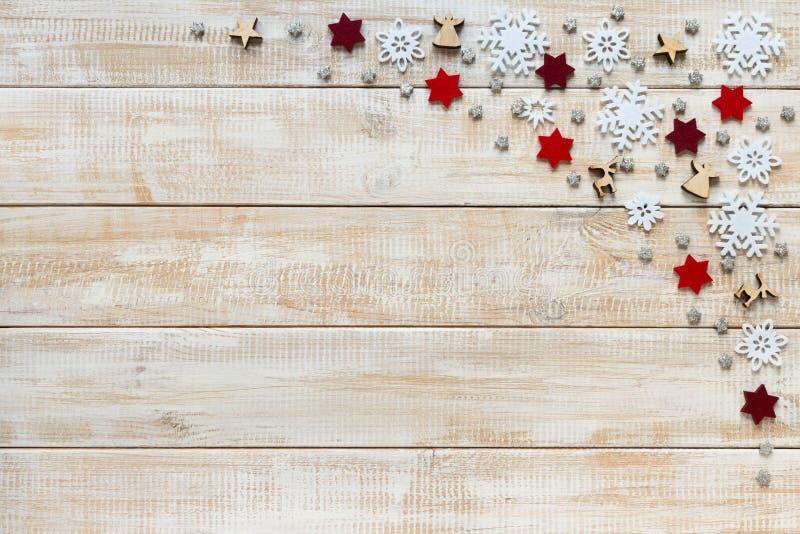 Decorazione di Natale con i fiocchi di neve bianchi, stelle e di legno rossi immagini stock libere da diritti