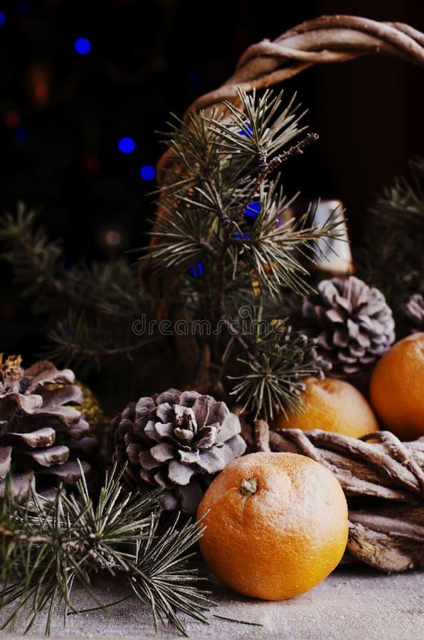 Decorazione di Natale con i rami dell'abete fotografia stock libera da diritti