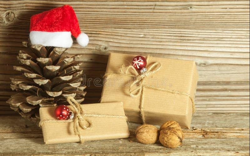 Decorazione di Natale con i regali contro fondo di legno fotografie stock libere da diritti