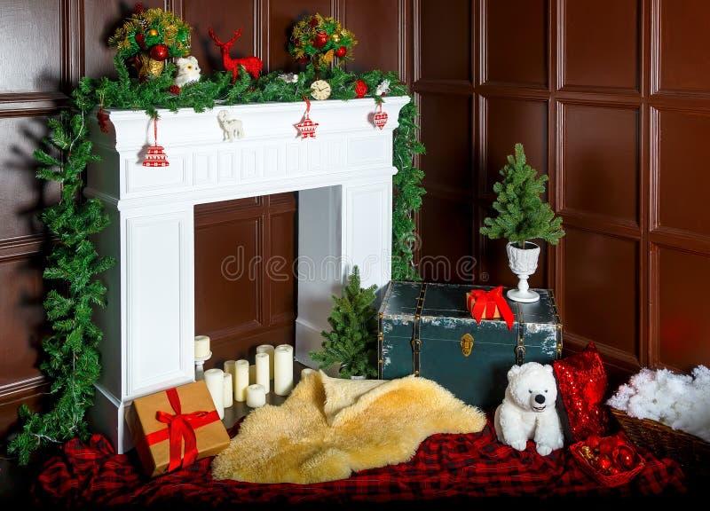 Decorazione di Natale con il camino nella stanza fotografia stock