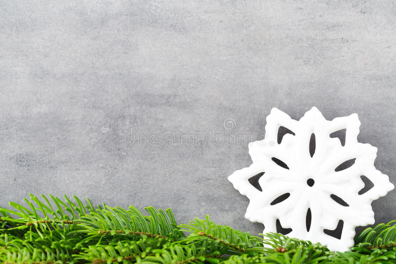 Decorazione di Natale con il fiocco di neve bianco, fondo delle annate immagini stock