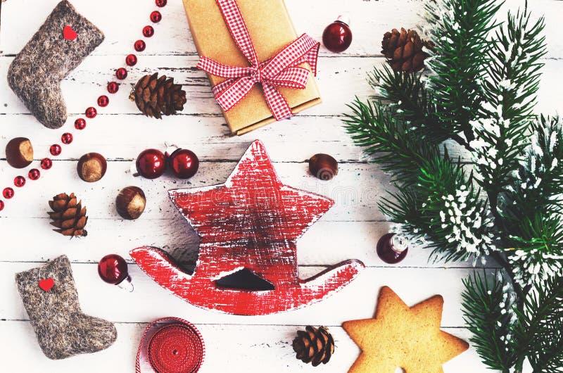 Decorazione di natale con la stella rossa, valenki, biscotti del pan di zenzero immagini stock libere da diritti