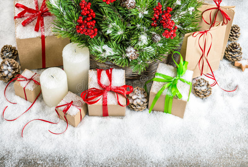 Decorazione di Natale con le candele, i contenitori di regalo e la neve immagini stock libere da diritti