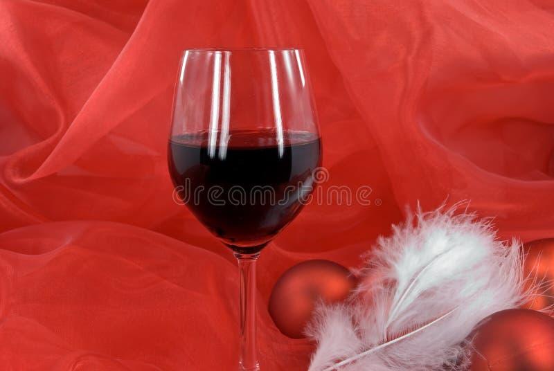 Decorazione di natale con le sfere e vetro di colore rosso fotografia stock libera da diritti