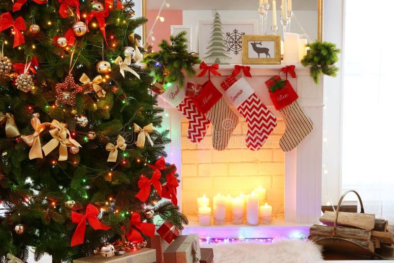 Decorazione di Natale del camino nella sala fotografie stock libere da diritti