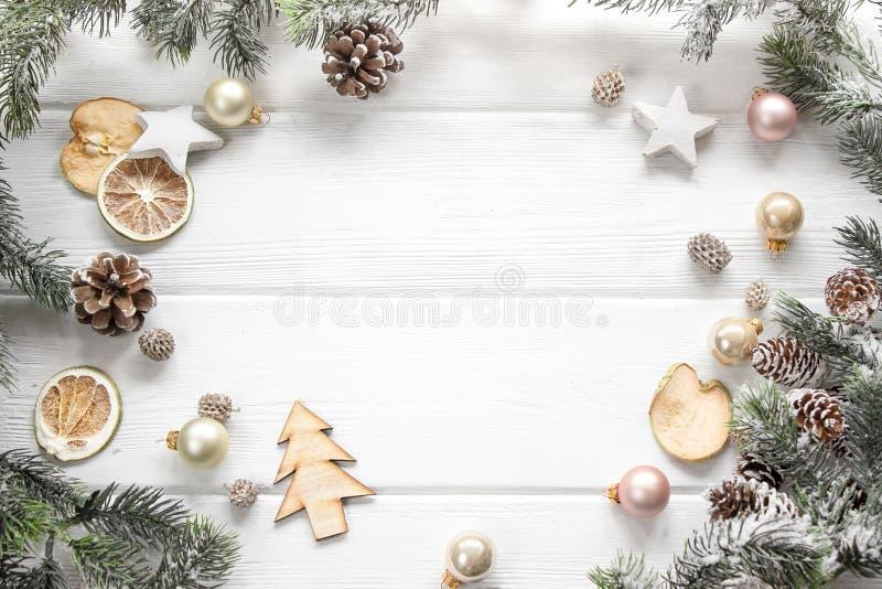 Decorazione di Natale dell'albero di abete e del cono della conifera su backgr di legno fotografie stock libere da diritti
