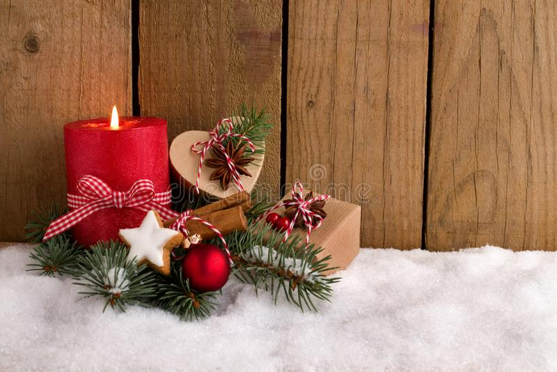 Decorazione di Natale - esamini in controluce e presente nella neve immagine stock