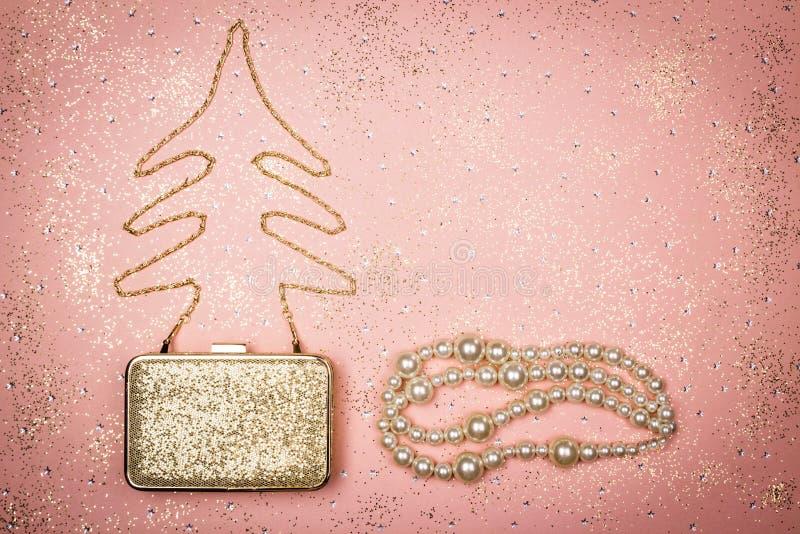 Decorazione di Natale di modo e di bellezza sul fondo rosa di scintillio fotografia stock libera da diritti