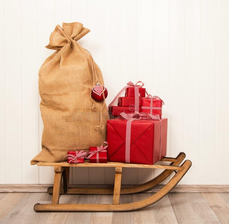 Decorazione di Natale nei colori classici rossi e bianchi con i pres immagine stock libera da diritti