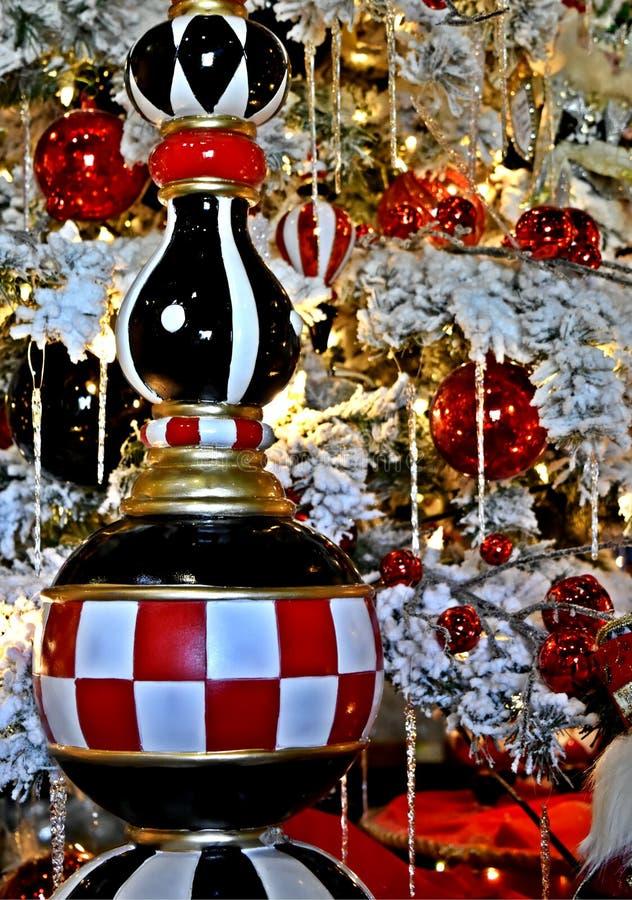 Decorazione di Natale, ornamento del ghiacciolo della scacchiera sull'albero frocked bianco immagini stock