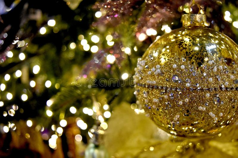 Decorazione di Natale, ornamento dell'albero, oro ingioiellato fotografia stock