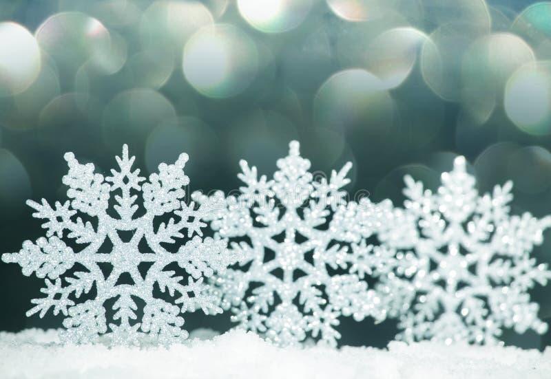 Decorazione di natale su neve fotografia stock libera da diritti