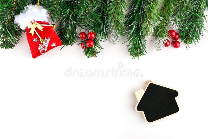 Decorazione di Natale su un fondo bianco Carta di festa con la palla rossa, il regalo di natale ed il ramo fotografia stock