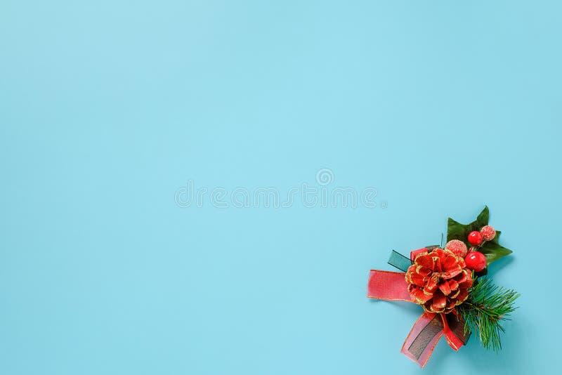 Decorazione di Natale sul ramo verde dell'abete su fondo blu Buon Natale o buon anno di concetto Vista superiore dello spazio del fotografie stock