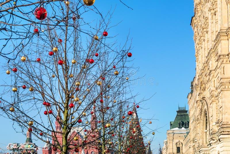 Decorazione di Natale sull'albero sul quadrato rosso fotografia stock