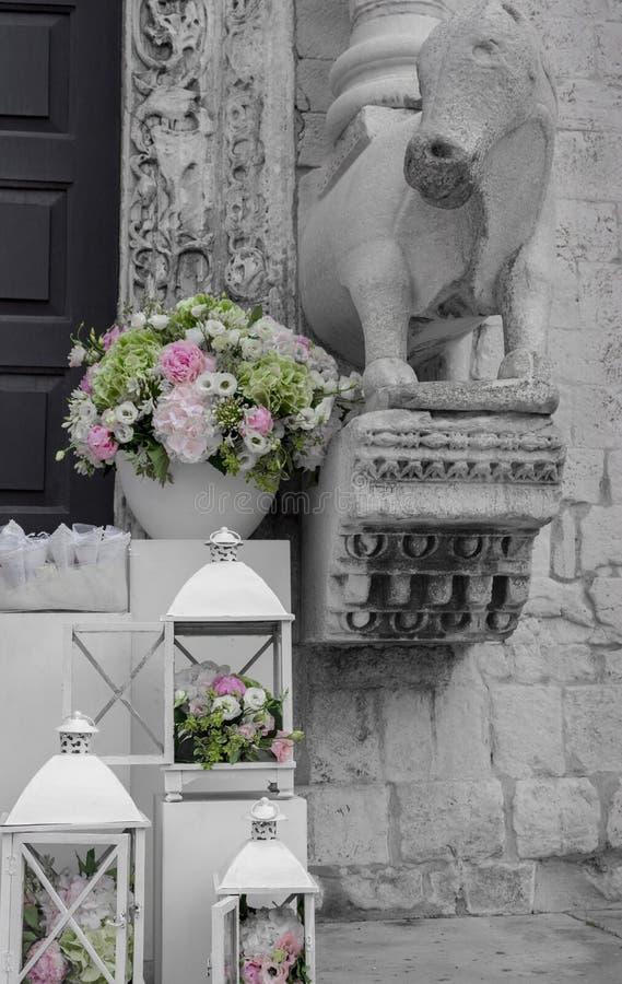 Decorazione di nozze in bianco e nero con il mazzo elegante variopinto Scatole bianche con i fiori fuori della chiesa immagine stock