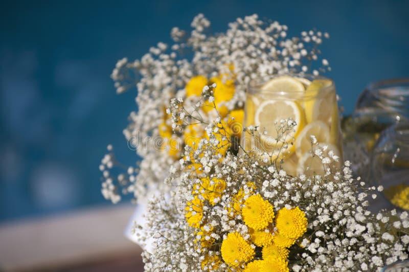 Decorazione di nozze con il gipsofila ed il limone fotografie stock
