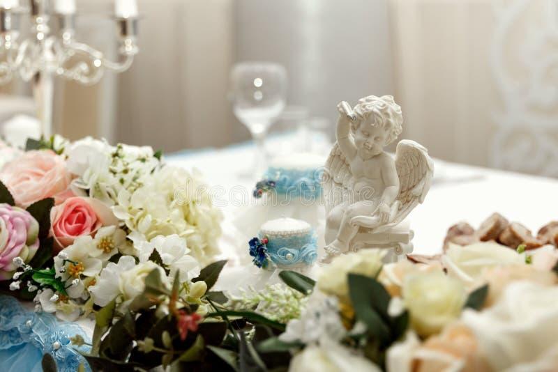 Decorazione di nozze del fiore con le candele e l'angelo fotografie stock