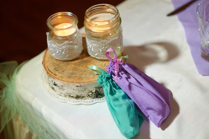 Decorazione di nozze delle candele sulla tavola in uno stile rustico immagine stock libera da diritti