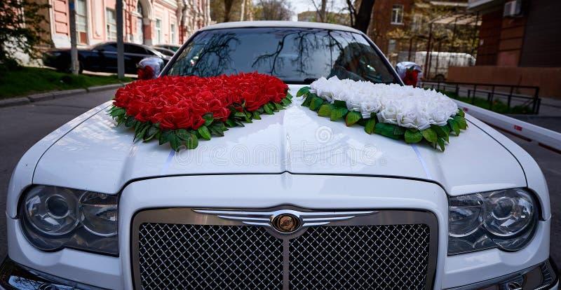 Decorazione di nozze sull'automobile di nozze immagini stock libere da diritti