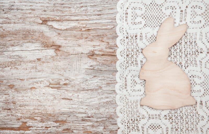 Decorazione di Pasqua con coniglio ed il panno di legno fotografia stock libera da diritti