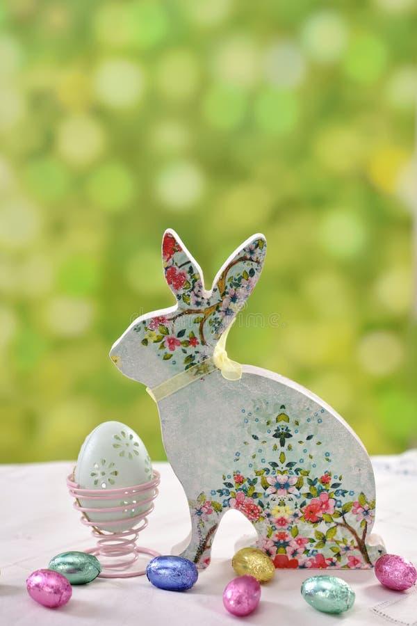 Decorazione di Pasqua con il coniglio e le uova floreali del modello fotografia stock