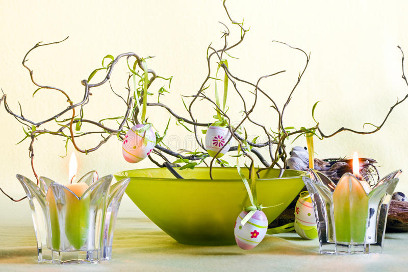Decorazione di Pasqua con la ciotola e le candele verdi fotografia stock