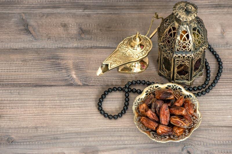 Decorazione di Ramadan Date, lanterna araba e rosario fotografie stock libere da diritti