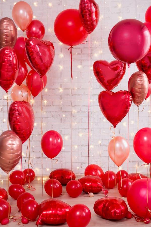 Decorazione di San Valentino - gruppo di palloni a forma di rossi del cuore e del cerchio immagini stock libere da diritti