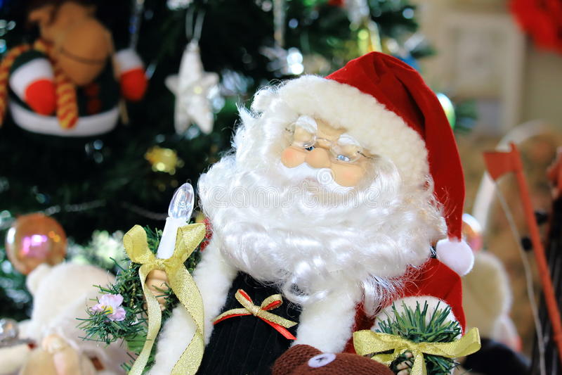 Decorazione di Santa Claus Doll With Blurry Christmas dietro la scena fotografia stock libera da diritti