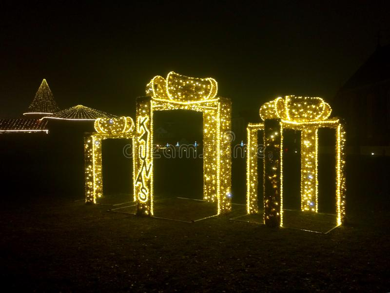 Decorazione di tempo di Natale in vecchia città vicino al castello alla notte fotografie stock