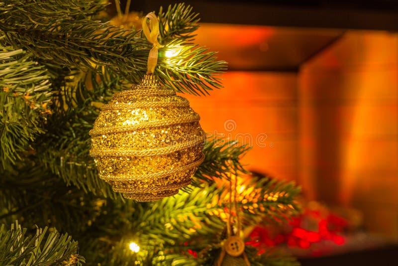Decorazione di un albero del nuovo anno Primo piano del ramo dell'albero di Natale fotografia stock libera da diritti