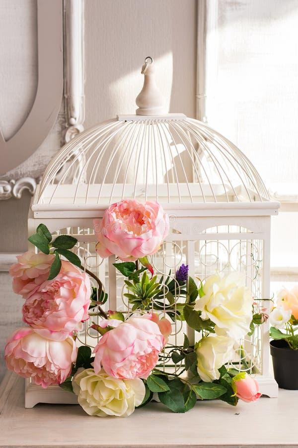 Decorazione elegante misera con il bei birdcage e fiori d'annata fotografie stock libere da diritti