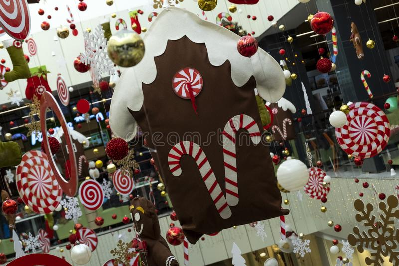 Decorazione festiva della casa tra altre decorazioni di Natale Fondo astratto della decorazione nel deposito, aeroporto del nuovo fotografia stock libera da diritti