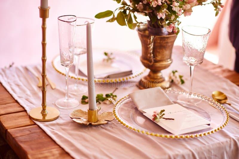 Decorazione festiva della tavola Coltelleria dorata Con differenti colori naturali e fiori granato Nozze di lusso, partito, compl fotografia stock