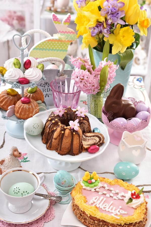 Decorazione festiva della tavola con le pasticcerie tradizionali di pasqua e la c immagini stock libere da diritti