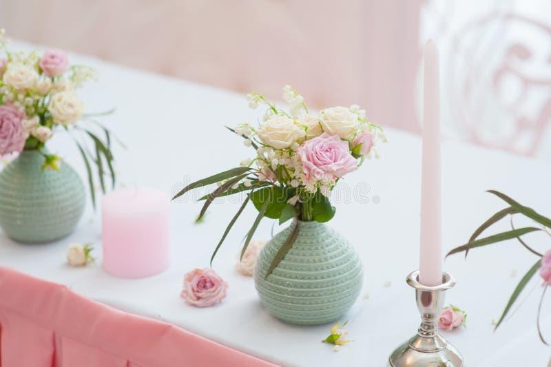 Decorazione festiva di nozze Mazzo dai fiori della molla Tabella recentemente del sposato di Interno del ristorante immagini stock